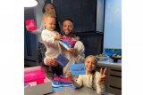 Stephen Curry dapat kado ultah sepatu hasil desain  anak-anaknya