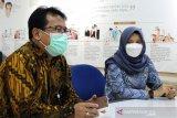 Kepala ANTARA Biro Jawa Timur Slamet Hadi Purnomo (kiri) dan Bupati Banyuwangi Ipuk Fiestiandani Azwar Anas (kanan) berdiskusi saat berkunjung ke Kantor ANTARA Biro Jatim di Surabaya, Senin (15/3/2021). Kunjungan tersebut dalam rangka silaturahim sekaligus memperkenalkan visi dan misi bupati periode 2021-2024. (ANTARA Jatim/Naufal Ammar Imaduddin/SHP)
