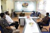 Kepala ANTARA Biro Jawa Timur Slamet Hadi Purnomo (ketiga kiri) dan Bupati Banyuwangi Ipuk Fiestiandani Azwar Anas (kedua kanan) berdiskusi saat berkunjung ke Kantor ANTARA Biro Jatim di Surabaya, Senin (15/3/2021). Kunjungan tersebut dalam rangka silaturahim sekaligus memperkenalkan visi dan misi bupati periode 2021-2024. (ANTARA Jatim/Naufal Ammar Imaduddin/SHP)
