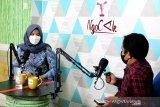 Bupati Banyuwangi Ipuk Fiestiandani Azwar Anas (kiri) berdiskusi dengan pewarta ANTARA Fiqih Arfani (kanan) di studio Podcast Ngocak saat berkunjung ke Kantor ANTARA Biro Jatim di Surabaya, Senin (15/3/2021). Kunjungan tersebut dalam rangka silaturahim sekaligus memperkenalkan visi dan misi bupati periode 2021-2024. (ANTARA Jatim/Naufal Ammar Imaduddin/SHP)