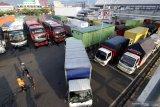 Antrean kendaraan di lapangan parkir Pelabuhan Ketapang, Banyuwangi, Jawa Timur, Senin (15/3/2021). Pelabuhan Ketapang mulai beroperasi kembali setelah sebelumnya ditutup untuk menghormati umat Hindu di Bali yang merayakan Hari Raya Nyepi Tahun Caka 1943. Antara Jatim/Budi Candra Setya/zk