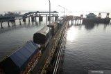 Antrean kendaraan memasuki kapal di Pelabuhan Ketapang, Banyuwangi, Jawa Timur, Senin (15/3/2021). Pelabuhan Ketapang mulai beroperasi kembali setelah sebelumnya ditutup untuk menghormati umat Hindu di Bali yang merayakan Hari Raya Nyepi Tahun Caka 1943. Antara Jatim/Budi Candra Setya/zk