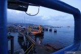 Suasana saat penutupan Pelabuhan Ketapang di Banyuwangi, Jawa Timur, Minggu (14/3/2021). PT Asdp Ketapang menutup aktivitas penyeberangan pada 14 maret pukul 00.00 WIB dan dibuka kembali pada 15 maret pukul 05.00 WIB untuk menghormati umat Hindu di Bali yang merayakan Hari Raya Nyepi Caka 1943. Antara Jatim/Budi Candra Setya/zk
