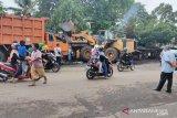 Truk bermuatan batu bara terbalik di jalur penghubung Padang-Solok
