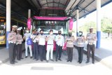 Jasa Raharja bersama Polresta Mataram tempelkan imbauan pakai masker di angkutan umum