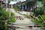 Rusak sejak tahun lalu, jembatan penghubung antar kampung di Parit Batu butuh perbaikan