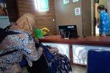 Seorang wanita menangis histeris saat minta surat izin di PN Tanjungkarang