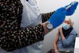 Inggris tawarkan vaksin COVID-19 ke semua orang di atas usia 50