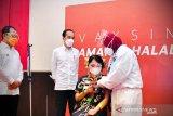 Dikunjungi Presiden Jokowi, peserta vaksinasi di Makassar kenakan baju adat