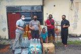 Truk bermuatan pakan ayam terbalik, polisi temukan ratusan botol miras