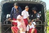 Satgas Yonif  403/WP bantu angkutan siswa ke sekolah di perbatasan RI-PNG