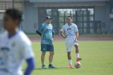 Ezra Walian latihan bareng Maung Bandung