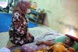 Bupati Sleman menyerahkan bantuan korban kecelakaan warga tidak mampu