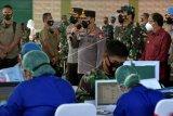 Panglima TNI Marsekal TNI Hadi Tjahjanto (kedua kanan) bersama Kapolri Jenderal Pol Listyo Sigit Prabowo (tengah) dan Gubernur Bali Wayan Koster (kanan) meninjau vaksinasi anggota TNI-Polri di Kesatrian Praja Raksaka Kepaon (Kodam IX/Udayana), Denpasar, Bali, Jumat (19/3/2021). Kunjungan tersebut untuk mendukung program vaksinasi nasional guna menekan pandemi COVID-19 di Indonesia serta upaya mempercepat pemulihan ekonomi dan pariwisata di Bali. ANTARA FOTO/Nyoman Hendra Wibowo/nym.