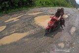Jalan lintas Sumatera Sijunjung Rusak