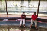 Kepala LKBN ANTARA Biro Kalsel Nurul Aulia Badar (kanan) berbincang bersama Direktur Utama Amanah Borneo Park Fatwa Aji Lanang Nugroho (kiri) saat menikmati wahana refleksi ikan di Amanah Borneo Park, Banjarbaru, Kalimantan Selatan, Sabtu (20/3/2021). LKBN ANTARA Biro Kalsel melakukan kunjungan ke tempat wisata Amanah Borneo Park sekaligus silahturahmi bersama jajaran direksi Amanah Borneo Park. Foto Antaranews Kalsel/Bayu Pratama S.