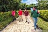 Kepala LKBN ANTARA Biro Kalsel Nurul Aulia Badar (dua kiri) berbincang bersama Direktur Utama Amanah Borneo Park Fatwa Aji Lanang Nugroho (dua kanan) didampingi Koordinator Servicing Amanah Borneo Park Robbi Arinal Haqqo (kanan) saat melihat salah satu wahana yang berada di Amanah Borneo Park, Banjarbaru, Kalimantan Selatan, Sabtu (20/3/2021). LKBN ANTARA Biro Kalsel melakukan kunjungan ke tempat wisata Amanah Borneo Park sekaligus silahturahmi bersama jajaran direksi Amanah Borneo Park. Foto Antaranews Kalsel/Bayu Pratama S.