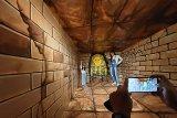 Pengunjung menikmati wahana amanah trick art museum di Amanah Borneo Park, Banjarbaru, Kalimantan Selatan, Sabtu (20/3/2021). Amanah Borneo Park merupakan tempat wisata edukasi keluarga yang menawarkan berbagai macam wahana dan atraksi wisata yang dapat di nikmati semua kalangan. Foto Antaranews Kalsel/Bayu Pratama S.