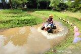 Pengunjung menikmati wahana ATV di Amanah Borneo Park, Banjarbaru, Kalimantan Selatan, Sabtu (20/3/2021). Amanah Borneo Park merupakan tempat wisata edukasi keluarga yang menawarkan berbagai macam wahana dan atraksi wisata yang dapat di nikmati semua kalangan. Foto Antaranews Kalsel/Bayu Pratama S.