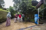 Kepala LKBN ANTARA Biro Kalsel Nurul Aulia Badar (dua kanan) berbincang bersama Direktur Utama Amanah Borneo Park Fatwa Aji Lanang Nugroho (dua kiri) didampingi Direktur Operasional Amanah Borneo Park Yulianjar Wati (kanan) dan Koordinator Servicing Amanah Borneo Park Robbi Arinal Haqqo (kiri) saat melihat salah satu wahana yang berada di Amanah Borneo Park, Banjarbaru, Kalimantan Selatan, Sabtu (20/3/2021). LKBN ANTARA Biro Kalsel melakukan kunjungan ke tempat wisata Amanah Borneo Park sekaligus silahturahmi bersama jajaran direksi Amanah Borneo Park. Foto Antaranews Kalsel/Bayu Pratama S.