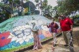 Kepala LKBN ANTARA Biro Kalsel Nurul Aulia Badar (kanan) berbincang bersama Direktur Utama Amanah Borneo Park Fatwa Aji Lanang Nugroho (tengah) didampingi Direktur Operasional Amanah Borneo Park Yulianjar Wati (kiri) di Amanah Borneo Park, Banjarbaru, Kalimantan Selatan, Sabtu (20/3/2021). LKBN ANTARA Biro Kalsel melakukan kunjungan ke tempat wisata Amanah Borneo Park sekaligus silahturahmi bersama jajaran direksi Amanah Borneo Park. Foto Antaranews Kalsel/Bayu Pratama S.