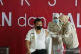 Bupati Sutan Riska orang pertama yang divaksin di Dharmasraya