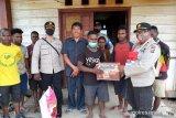Personel Binmas Noken Polri bantu sembako asrama SMAN 1 Sugapa