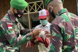 Satgas TNI Yonif 756 latih upacara bendera siswa SD-SMP di Tsinga
