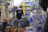 Calon pembeli melihat keramik di Pasar Keramik Sitimang, Pasar Jambi, Jambi, Minggu (21/3/2021). Salah seorang pedagang mengaku omzet penjualan keramiknya di pasar yang pernah ditetapkan sebagai Tempat Wisata Belanja Terpopuler di Indonesia pada Anugerah Pesona Indonesia (API) Award tahun 2018 itu menurun dari rata-rata Rp2 juta per hari menjadi Rp600 ribu per hari selama pandemi COVID-19. ANTARA FOTO/Wahdi Septiawan/wsj.