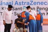 Menteri Kesehatan Budi Gunadi Sadikin (ke dua kanan) bersama Wali Kota Kediri Abdullah Abu Bakar (kiri) mengamati penyuntikan vaksin COVID-19 Astrazeneca kepada santri di pondok pesantren Lirboyo, Kota Kediri, Jawa Timur, Selasa (23/3/2021). Kunjungan menteri kesehatan di pesantren tersebut sebagai upaya sosialisasi kepada masyarakat bahwa vaksin Astrazeneca aman dan halal. Antara Jatim/Prasetia Fauzani/zk