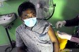 Seorang wartawan disuntik vaksin COVID-19 Sinovac dosis pertama di RSUD Martodirjo, Pamekasan, Jawa Timur, Selasa (23/3/2021). Pemberian vaksinasi kepada puluhan  wartawan di daerah itu  sebagai upaya pencegahan terhadap penyebaran pandemi COVID-19. Antara Jatim/Saiful Bahri/zk