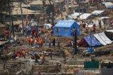 Pengungsi Rohingya di Bangladesh bangun kembali gubuk mereka setelah kebakaran