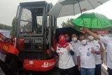 Bandarlampung terima bantuan excavator mini dari PT Bukit Asam