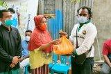 Mahasiswa Papua bagikan sembako bagi lansia di Kota Mataram