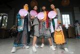 Model memperagakan busana karya desainer Agus Sunandar dalam Peluncuran Malang Fashion Week 2021 di Latar Ijen Malang, Jawa Timur, Kamis (25/3/2021). Kegiatan tersebut juga digunakan untuk memperkenalkan desain busana yang tren di tahun 2021 kepada masyarakat. Antara Jatim/Ari Bowo Sucipto/zk