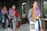 Model memperagakan busana karya desainer Agus Sunandar dalam Peluncuran Malang Fashion Week 2021 di Latar Ijen Malang, Jawa Timur, Kamis (25/3/2021). Kegiatan tersebut diadakan untuk memperkenalkan desain busana yang tren di tahun 2021 kepada masyarakat. Antara Jatim/Ari Bowo Sucipto/zk