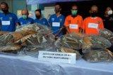 Petugas BNN Provinsi Bali menunjukkan tersangka dan barang bukti dalam pengungkapan kasus narkotika jaringan ganja dan sabu-sabu, di kantor BNN Provinsi Bali, Denpasar, Bali, Jumat (26/03/2021). BNN Provinsi Bali menggelar pengungkapan kasus narkotika periode 9 Februari hingga 10 Maret 2021 dengan menangkap sepuluh tersangka dari enam jaringan yang berbeda beserta barang bukti berupa 30 kilogram ganja dan 300 gram sabu-sabu. ANTARA FOTO/Nyoman Hendra Wibowo/nym.