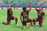 Pesepak bola PSM Makassar, Yakob Sayuri (tengah) melakukan selebrasi bersama Zulham Zamrun (kanan) dan Saldi (kiri) usai mencetak gol di gawang Bhayangkara Solo FC dalam pertandingan Piala Menpora Grup B di Stadion Kanjuruhan, Malang, Jawa Timur, Sabtu (27/3/2021). PSM Makassar menahan imbang Bhayangkara Solo FC dengan skor akhir 1-1. Antara Jatim/Ari Bowo Sucipto/zk.