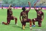 Pesepak bola PSM Makassar Yakob Sayuri (tengah) melakukan selebrasi bersama Zulham Zamrun (kanan) dan Saldi (kiri) usai mencetak gol di gawang Bhayangkara Solo FC dalam pertandingan Piala Menpora Grup B di Stadion Kanjuruhan, Malang, Jawa Timur, Sabtu (27/3/2021). PSM Makassar menahan imbang Bhayangkara Solo FC dengan skor akhir 1-1. ANTARA FOTO/Ari Bowo Sucipto/hp.