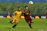 Pesepak bola Bhayangkara Solo FC,  Sani Rizky Fauzi (kiri) berebut bola dengan pesepak bola PSM Makassar, Muh. Aji Kurniawan (kanan) dalam pertandingan Piala Menpora Grup B di Stadion Kanjuruhan, Malang, Jawa Timur, Sabtu (27/3/2021). PSM Makassar menahan imbang Bhayangkara Solo FC dengan skor akhir 1-1. Antara Jatim/Ari Bowo Sucipto/zk.