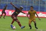 Pesepak bola PSM Makassar, Zulham Zamrun (kiri) berusaha mempertahankan bola dari hadangan pesepak bola Bhayangkara Solo FC, Wahyu Subo Seto (kanan) dalam pertandingan Piala Menpora Grup B di Stadion Kanjuruhan, Malang, Jawa Timur, Sabtu (27/3/2021). PSM Makassar menahan imbang Bhayangkara Solo FC dengan skor akhir 1-1. Antara Jatim/Ari Bowo Sucipto/zk.