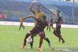 Pesepak bola PSM Makassar Hasyim Kipuw (depan) berusaha mempertahankan bola dari hadangan pesepak bola Bhayangkara Solo FC Renan Da Silva dalam pertandingan Piala Menpora Grup B di Stadion Kanjuruhan, Malang, Jawa Timur, Sabtu (27/3/2021). PSM Makassar menahan imbang Bhayangkara Solo FC dengan skor akhir 1-1. ANTARA FOTO/Ari Bowo Sucipto/hp.