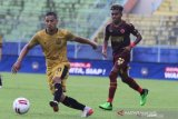 Pesepak bola Bhayangkara Solo FC Renan Da Silva (kiri) melewati hadangan pesepak bola PSM Makassar Yakob Sayuri (kanan) dalam pertandingan Piala Menpora Grup B di Stadion Kanjuruhan, Malang, Jawa Timur, Sabtu (27/3/2021). PSM Makassar menahan imbang Bhayangkara Solo FC dengan skor akhir 1-1. ANTARA FOTO/Ari Bowo Sucipto/hp.