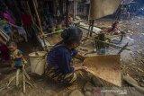 Sejumlah warga menyiapkan bahan makanan saat tradisi membatur di Desa Ajung, Kabupaten Balangan, Kalimantan Selatan, Jumat (26/3/2021). Masyarakat Dayak Pitap menggelar tradisi membatur yang bertujuan untuk membuatkan rumah bagi orang yang telah meninggal dunia. Foto Antaranews Kalsel/Bayu Pratama S.