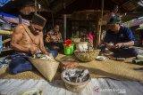 Sejumlah warga menyiapkan bahan makanan saat melakukan tradisi membatur di Desa Ajung, Kabupaten Balangan, Kalimantan Selatan, Jumat (26/3/2021). Masyarakat Dayak Pitap menggelar tradisi membatur yang bertujuan untuk membuatkan rumah bagi orang yang telah meninggal dunia. Foto Antaranews Kalsel/Bayu Pratama S.