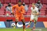 Pesepak bola Belanda Denzel Dumfries mengejar bola dibayangi pemain Latvia Andrej Ciganiks dalam laga Kualifikasi Piala Dunia 2022 Grup G zona Eropa di Amsterdam Arena, Amsterdam, Belanda, Sabtu (27/3/2021). Belanda menang 2-0 dalam laga itu. ANTARA FOTO/REUTERS/Piroschka Van De Wouw/foc.