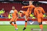 Pesepak bola Belanda Donny van de Beek mengoper bola saat melawan Latvia dalam laga Kualifikasi Piala Dunia 2022 Grup G zona Eropa di Amsterdam Arena, Amsterdam, Belanda, Sabtu (27/3/2021). Belanda menang 2-0 dalam laga itu. ANTARA FOTO/REUTERS/Piroschka Van De Wouw/foc.