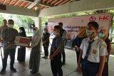 PT HK Ruas Terpeka beri bantuan laptop buat siswa untuk belajar di rumah
