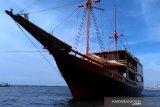 Sensasi berlayar dengan kapal pinisi