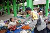 Kampung Sehat 2, Bhabinkamtibmas Polres Lotara bagikan masker ke warga